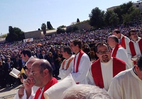 Sacerdoti e fedeli gioiscono alla proclamazione dei Beati.