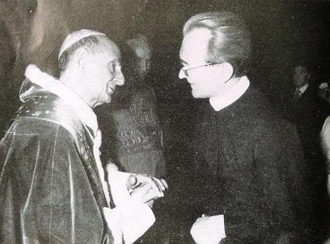Paolo VI riceve il saluto del neo eletto Superiore Generale dei Redentoristi P. Joseph Pfab (questa foto è in occasione della Beatificazione di J.N. Neumann CSSR 1975).