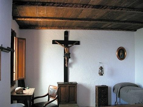 Fratello Nicola De Sapia era nativo di Caposele e fu compagno di comunità di San Gerardo a Materdomini. La foto mostra la stanza di San Gerardo dopo la ricostruzione del terremoto del 1980.