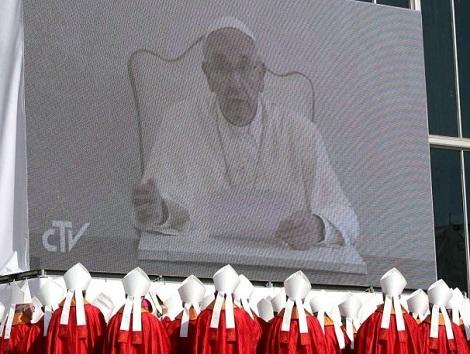 Il video-messaggio ascoltato con attenzione da vescovi e fedeli prima dell'inizio della celebrazione.