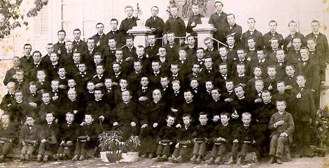 La comunità di Uvrier (Svizzera) nel 1988. Nella foto forse è ancora presente il P. Armand More. Uvrier, morto proprio nel 1888. (foto in AGHR).
