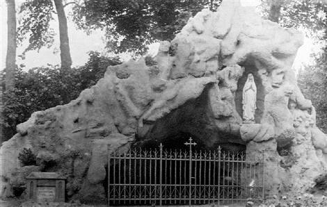 La presenza della Madonna ha accompagnato la vita del P. Pierre Houdusse che morì a Mouscron nel 1914 - Nella foto la grotta della Madonna nel giardino della Casa Redentorista.