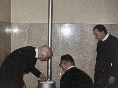 Roma 1963 – XVI Capitolo Generale. Il P. Generale Guglielmo Gaudreau insieme ad altri Padri bruciano le schede dopo una votazione.