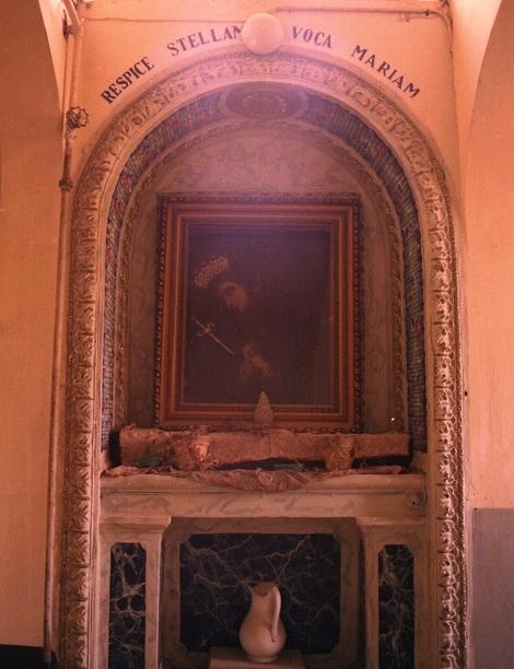 Ciorani (SA) Casa redentorista. Il vecchio passaggio dell'Addolorata. Ogni novizio che passava davanti a questa immagine recitava un'Ave Maria per la perseveranza nella propria vocazione. P. Angelo Visconti fu un apprezzato e beneamato Maestro di Novizi.