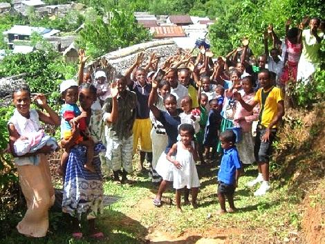 Madagascar 2014 - Dispensare riso e altri generi di prima necessità non sazia mai completamente, perché  anche in Madagascar la fame più profonda è quella di amore, di verità, di Gesù. Gesù rimane il Dono più prezioso e immenso da offrire.