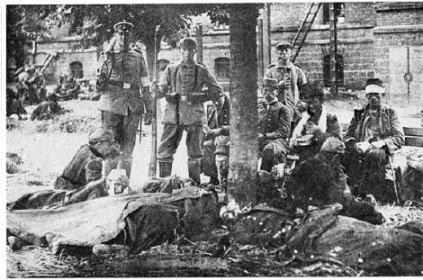 Morhange (Francia) 1918 - Soldati francesi feriti raccolti in una caserma: qui morì il fratello René Druon nel 1918.