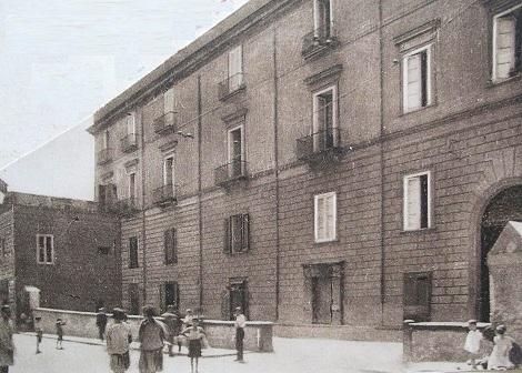 Napoli - Antica foto del Palazzo Presicce (De Liguori) al Supportico Lopez dove al piano terra c'era un ospizio per accogliere i Redentoristi di passaggio. Qui nel 1871 mori il P. Giuseppe De Gregorio, che vi era di passaggio.