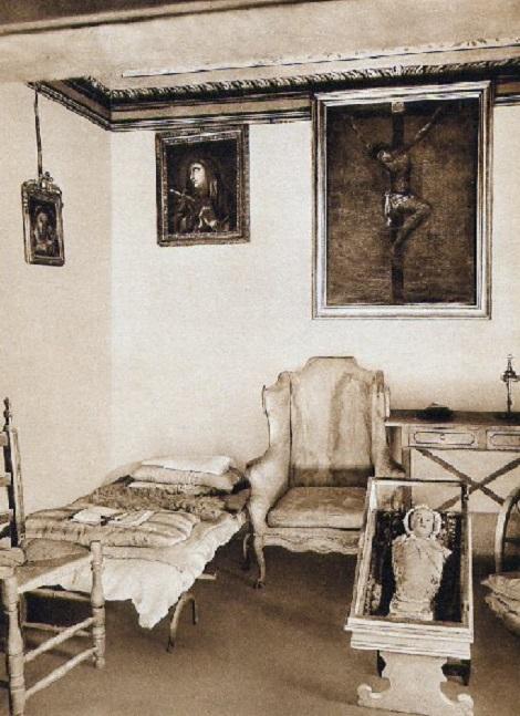 Pagani (SA) – La stanza di S. Alfonso in una foto antica. Fratello Raimondo Della Monica, nativo di Gragnano, vi passò la sua intera vita di religioso al servizio della Comunità e di due Rettori Maggiori. Dopo lo scioglimento della Comunità a seguito della soppressione, rientrò in famiglia, dove morì in concetto di santità a 54 anni.