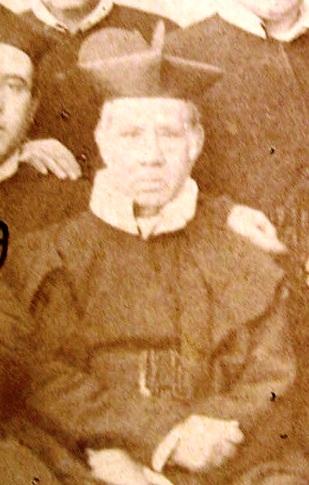 """Immagine del P. Luigi Parisi estratta dalla foto di gruppo fatta a Tropea nel 1863. Nativo di Tropea, vi morì nel 1869: """"operaio indefesso e savio direttore delle coscienze""""."""