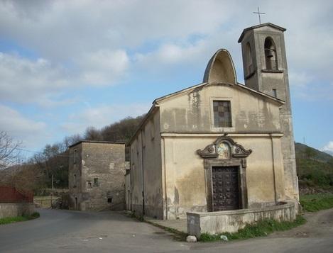 Sarno (SA) – Una delle chiesette di campagna che i possidenti costruivano nelle proprietà per favorire il culto religioso dei loro contadini. Di Sarno era originario il P. Giuseppe Odierna che morì a Somma Vesuviana nel 1866.