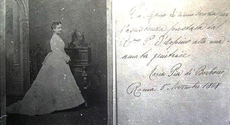 """Fotografia di Maria Pia di Borbone donata dalla medesima al P. Alessio D'Arpino. L'autografo segnato a tergo dice: """"In segno di riconoscenza per l'assistenza prestata dal Rev.mo P. (Alessio) D'Arpino alla mia amata genitrice"""" Maria Pia di Borbone - Roma  5 novembre 1868.»"""