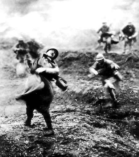 Francia, guerra del 1914-18: Fanteria francese allo sbaraglio sotto il tiro delle truppe tedesche. L'eroico postulante Jean Guéry morì falciato da una raffica di mitragliatrice (foto in internet).