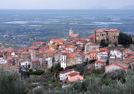 Veduta panoramica di Altavilla Silentina (SA), patria del redentorista P. Vincenzo Mottola, che in seguito alla soppressione ebbe l'autorizzazione a restare nel suo paese. Vi mori nel 1921.