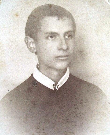 Lo studente redentorista Emmanuele Capozzi era originario di S. Angelo a Cupolo (BN), sede di una gloriosa Casa Redentorista. Egli si innamorò della nostra Congregazione, frequentando la chiesa e i Padri che vi celebravano e pregavano. Morì a 17 anni, nel 1899.