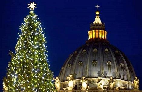 Natale è alle porte; l'attesa volge al termine, i cuori si slanciano negli inni di lode. Dal cuore della cristianità Papa Francesco invita a celebrare un Natale di amore e di solidarietà.