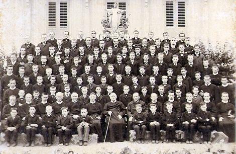 Uvrier 1888 (Svizzera). La comunità con i soggetti in formazione e tra essi forse anche lo studente Emile Spengler che vi fu mandato per ristabilirsi in salute. Purtroppo morì nel 1890 a 26 anni di età.