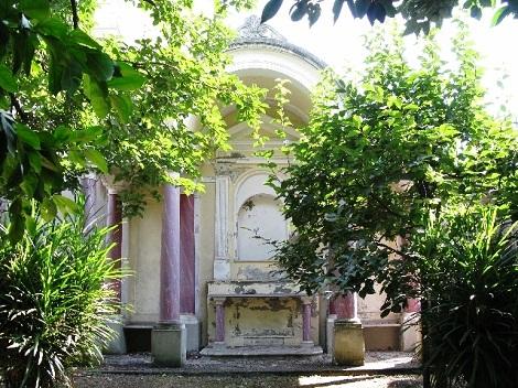 Pagani, Giardino - L'edicola costruita a cura dell'oblato Luigi Grillo e oggi dismessa. L'operoso oblato, originario di San Lorenzo, villaggio vicino Pagani, morì ne 1911.