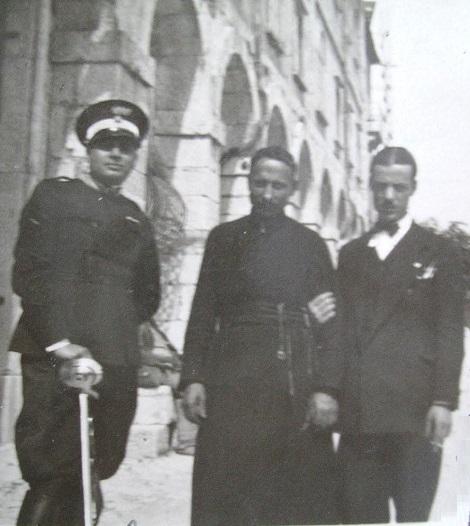 Materdomini (AV)- Antica foto con il Fratello Antonio Barone insieme al Capitano dei Carabinieri e al Preside del liceo di S. Angelo dei Lombardi davanti alla Casa del Pellegrino.