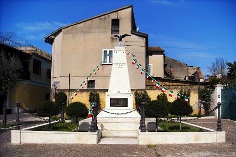 Pastorano (CE). Monumento ai caduti. Fu la patria del redentorista P. Agostino De Franciscis, che vi morì nel 1937. Di ottima famiglia, aveva un fratello sacerdote e quattro sorelle.