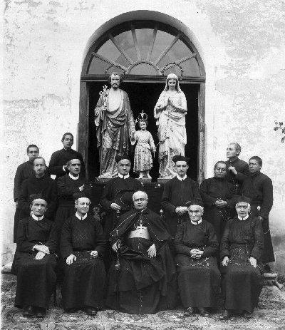 Cuenca (Ecuador) 1922. Foto di gruppo della Comunità insieme al Vescovo. Alle spalle il simulacro della Santa Famiglia, alla cui Associazione lavorò molto il P.  Joseph Glaudel, morto nel 1875.