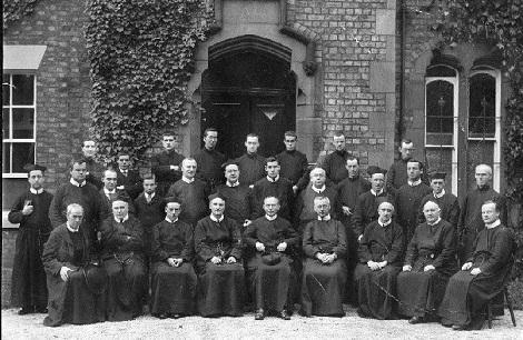 Non è disponibile alcuna immagine del redentorista P. Edward Ring, C.Ss.R. 1899-1945 Regno Unito, della Provincia di Londra. La foto mostra Padri e fratelli della Comunità di Bishop Eton nella visita del P. Murray, Rettore Maggiore fino al 1947. Il P. Ring è stato a lungo lettore poi Rettore della Casa.