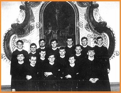 Questo numero 105 presenta in quattro pagine il testo e una sola foto delle Notizie dal Mondo Redentorista. – La foto mostra il gruppo dei giovani ordinati sacerdoti in Polonia.