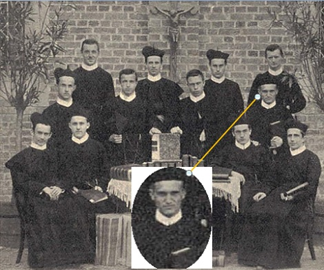 Foto di gruppo di Moralisti a Geistingen (Germania) 1905, alcuni ancora studenti – Vi è anche il redentorista Theodor Dröge, C.Ss.R. 1879-1941 Borussia /Germania (Provincia di Colonia) che sarà ordinato sacerdote lo stesso anno. – I nomi di tutti: Seduti da sinistra a destra: P. Gul. Neuhöfer , P. Cl. Henze, Stud. Nic. Woll, P. Petr. Plum - In piedi, prima fila: P. Hub. Pickartz, Stud. Ios. Krause, P. Christ. Dolfen, Stud. Th. Dröge. In piedi, seconda fila: Stud. Henr. Nelissen, P. Hub. Nückel, P. Ios. Sandbotbe, P. Bern. Arens.