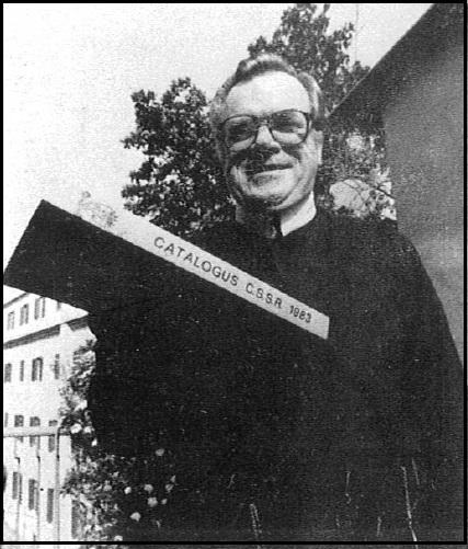 P. William Charles Maggs, C.Ss.R. (1941-2006) con il Catalogo CSSR 1983 da lui preparato.
