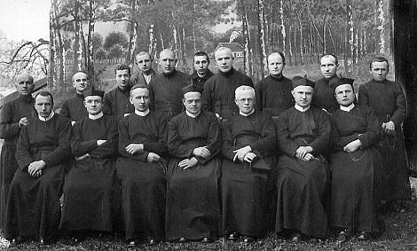 Nessuna immagine del redentorista P. Josef Pejska C.Ss.R. 1870-1946  Boemia, della Provincia di Vienna.  (nella foto: Padri e Fratelli della Comunità di Oboristé, Stredocesky (Cecoslovacchia), nel 1929. Il P. Pejska è in prima fila, ma non si individua; in questa comunità stette per 37 anni: 1902-1937)