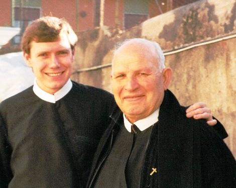 P. Calogero durante una missione insieme al giovane confratello P. Stefano.