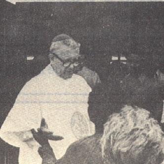 Mons. Connors durante una visita pastorale nel 1985 (foto da Communicationes CSSR).
